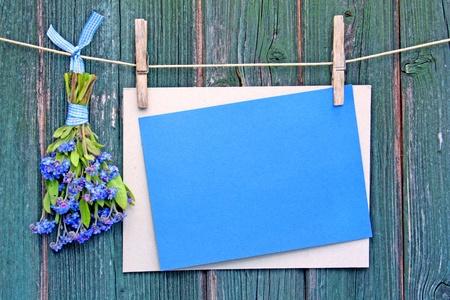 reklámtáblák virágokkal díszített