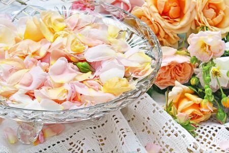 rózsaszirom egy tálba tette 8203; 8203; üvegből