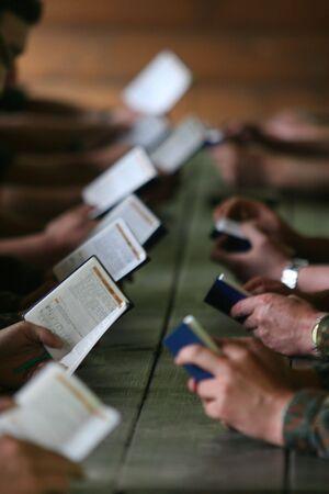 soldaten met een bijbel in hun handen