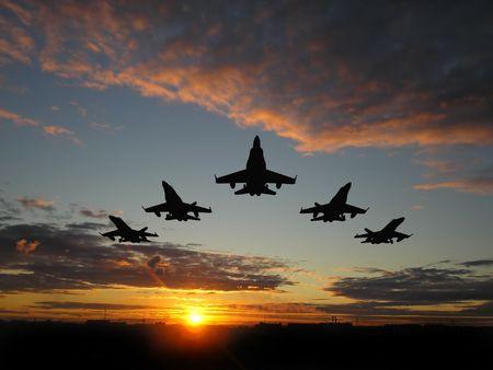 Vijf bommenwerpers boven oranje zonsondergang Stockfoto
