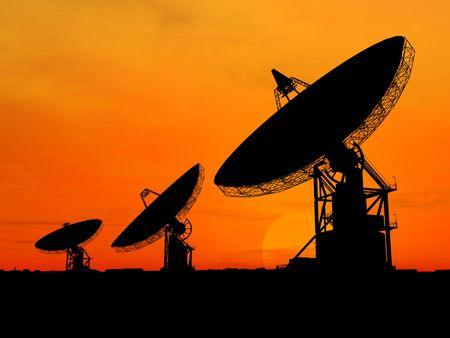 satelite: Tres antenas en la puesta de sol