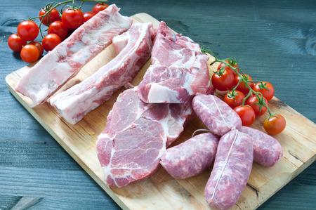 carnes: Varios carnes frescas de pollo y cerdo con tomate Foto de archivo