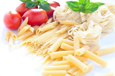 pastas: Pasta de diversos tamaños con tomate y albahaca