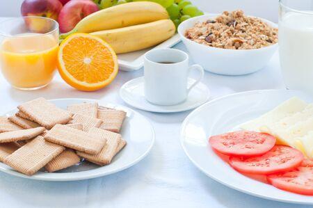 Desayuno continental con frutas, café, queso, verduras Foto de archivo - 44296945