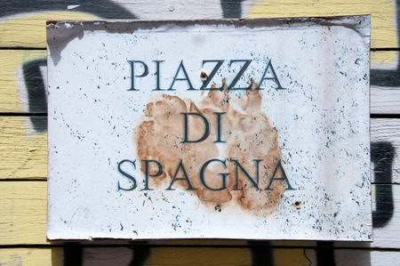spagna: Road sign indicating a street name in Italian piazza di spagna in English means spagna square
