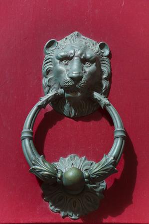 Detail van een oude ijzeren greep in de vorm van de leeuw