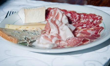 charcutería: Típico italiano aperitivo a base de embutidos: coppa, salami, jamón, Italia Foto de archivo