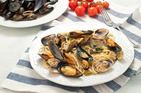 Pasta con marisco con mejillones y almejas, Italia Foto de archivo - 55032601