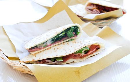 hams: piadine fresco y delicioso con jamón, queso y verduras squaccherone, Italia