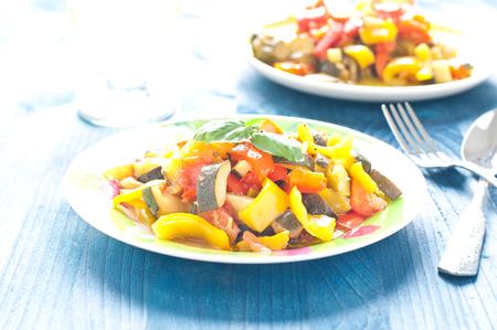 deliziosa caponata, piatto tipico italiano con melanzane, zucchine e pomodori, Italia