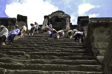 18 september 2006-Angkor Wat-Cambodia-Tourist who climb the temples of Angkor War, Cambodia Banque d'images - 111211759