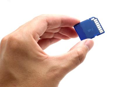 Hand met SD-kaart te isoleren op een witte achtergrond