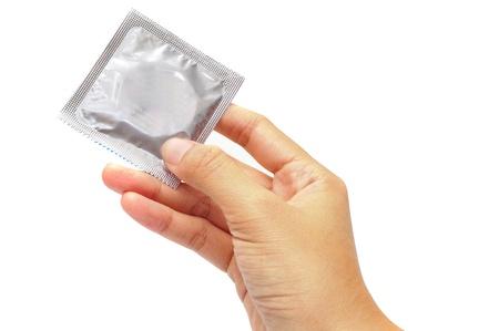Hand houden van een condoom op witte achtergrond Stockfoto