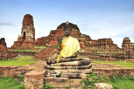 Oude schade standbeeld van Boedha in Ayutthaya, Thailand.