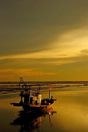 Visser Boot met zonsondergang hemel omgeving