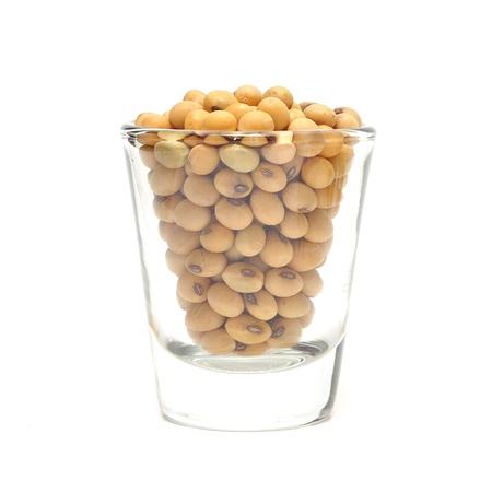 ガラスの白い背景で隔離の大豆 写真素材