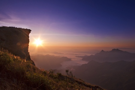 Sunrise scène met de top van de berg en cloudscape op Phu chi fa in Chiangrai, Thailand
