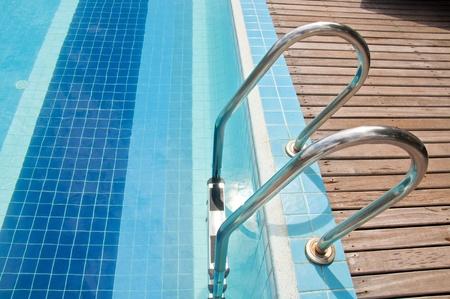 Zwembad met trap bij hotel Stockfoto
