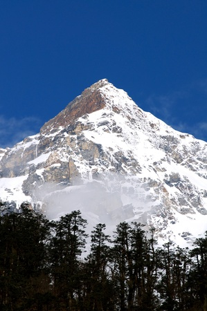 monta�as nevadas: hermoso paisaje, picos cubiertos de nieve a las monta�as contra el cielo azul