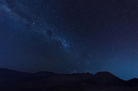 Extremos largos de exposición de imágenes que muestran rastros de la estrella encima del volcán Bromo, Indonesia Foto de archivo