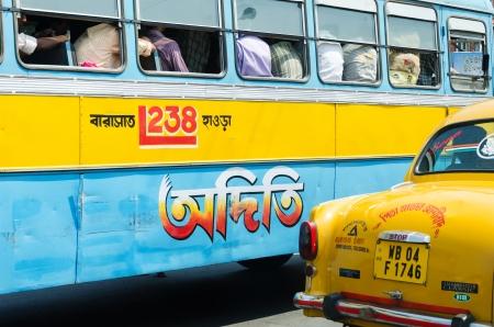 KOLKATA, INDIA - 14 april: Mensen en vervoer verkeer op Kolkata stad op 14 april 2012 in Kolkata, India.
