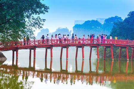 HANOI, VIETNAM - 1 december Huc Brug over het Hoan Kiem Lake op 1 december 2012 in Hanoi, Vietnam De houten rood geschilderde brug verbindt de kust en de Jade eiland waarop Ngoc Son Temple staat Redactioneel