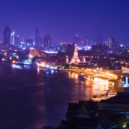 Twilight weergave van Wat Arun tijdens zonsondergang in Bangkok, Thailand Stockfoto