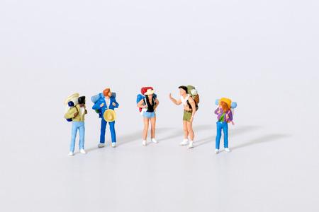 Miniatuur reiziger figuren met koffers te wachten op vertrek op de luchthaven van Concept