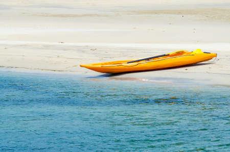 ocean kayak: Kayaks de colores en playa de arena blanca en Koh Kood Island, Tailandia