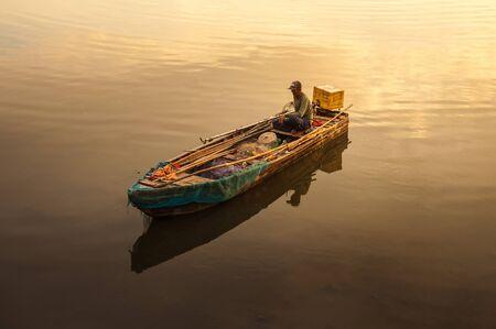 pescador: Chonburi, Tailandia-May04, 2010: Pescador en su barco va a la captura de peces en el mar el 04 de mayo de Chonburi, Thailand.Chonburi es el hogar de la ciudad más grande orientado al turismo de Tailandia, Pattaya Editorial