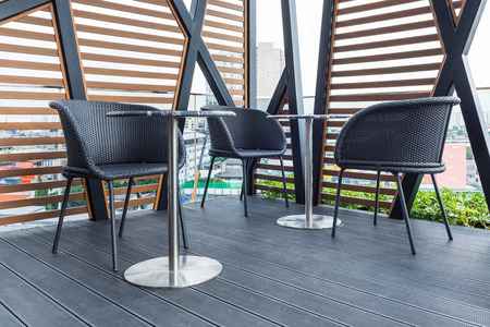 carpintero: asientos al aire libre disposición en la zona de relajación en el edificio moderno Foto de archivo