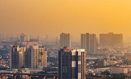 多くの建物は、タイのバンコクの摩天楼ビュー。バンコクは人口の 6 分の 1 の東南アジアで最も人口の多い都市生活、毎日のバンコクを訪問