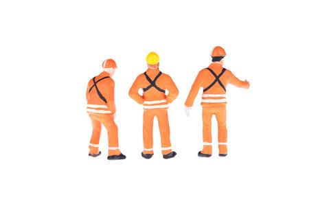 ミニチュアのクローズ アップ エンジニアおよび労働者の職業の人々 は白い背景の分離します。コピー、エレガントなデザインのスペース配置テキ