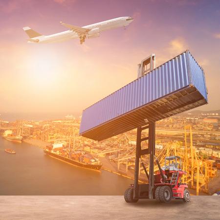 物流とコンテナー貨物の輸送船、貨物機やフォーク リフト トラック作業出荷ヤードで。海運、物流、輸出入業グローバル ビジネス容器の写真の概 写真素材