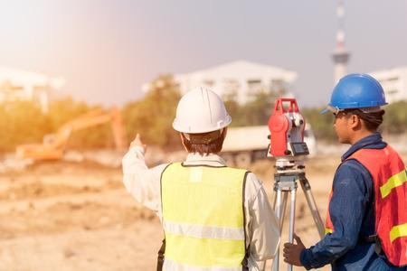 Ingeniero de la construcción con el trabajador del capataz que comprueba el emplazamiento de la obra para el nuevo proyecto de construcción de infraestructura. concepto de foto para el trabajo de ingeniería. Foto de archivo