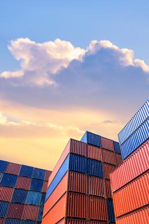 Modèle de pile colorée de conteneurs d'expédition de cargaison en chantier naval, chantier naval pour le transport, importation, concept industriel d'exportation Banque d'images - 73634424