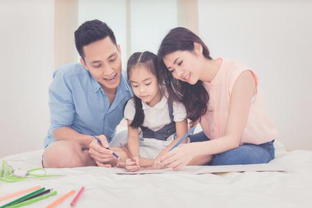 寝室、アジアの父と自宅で勉強する彼女の娘の子供を教える母の幸せな家族。家族、子供たちと幸せな人の概念の写真シリーズ。 写真素材