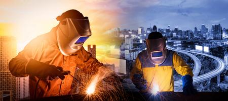 Lassen werknemer lassen staalconstructie met snelweg en moderne stad op de achtergrond voor bouw industriële werk concept