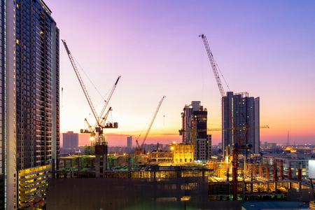 El sitio de construcción ocupado opera al comienzo de la construcción de un nuevo proyecto de infraestructura complejo. Foto de archivo - 93271407