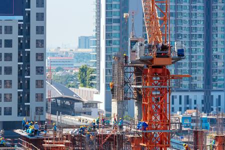 Baustelle beschäftigt sich im Anfang des Gebäudes neue Infrastruktur Bauprojekt Standard-Bild
