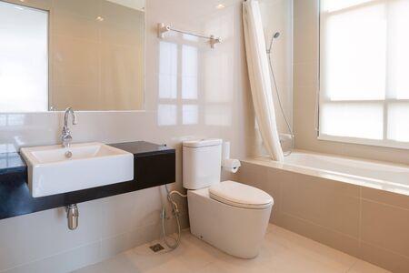 Interno del bagno di casa dal design moderno con doccia e servizi igienici