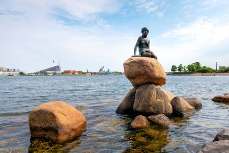 Statue of The Little Mermaid at Langelinie in Copenhagen, Denmark.The sculpture is displayed on a rock by the waterside at the Langelinie promenade in Copenhagen, Denmark 版權商用圖片
