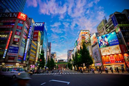 2012 年 10 月 9 日 - 東京都 Akihabra 地区の夜の東京電気街としても知られている、このエリアは有名なメイド喫茶、電子ショップ、トラフィックを通過 報道画像