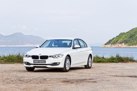 白い色の BMW 328i 2013年モデルです。