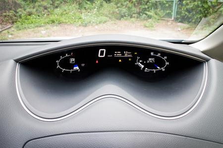 mpv: Nissan Serena 2014 7 seat MPV in park