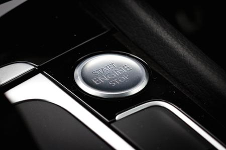 Stop Engine을 시작합니다. 차를 시작합니다. 열쇠는 필요 없습니다.