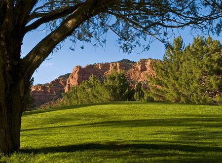 castle rock: Castle Rock desde detr�s de la octava verde de Oak Creek Country Club, Sedona, AZ