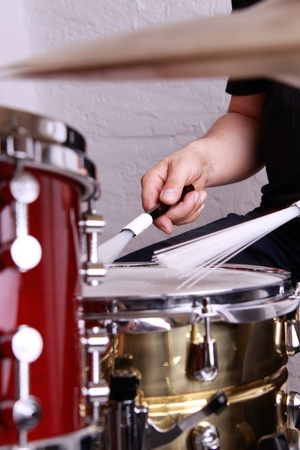 drums: hombre tocando la bater�a Foto de archivo