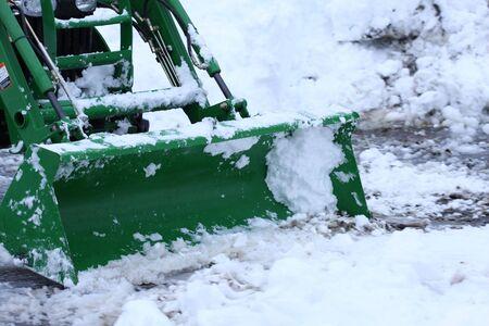 arando: un tractor con pala de nieve arados una calzada Foto de archivo