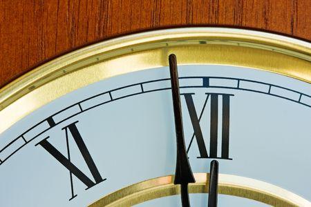 12 の前に 1分間で木と真鍮の時計の針